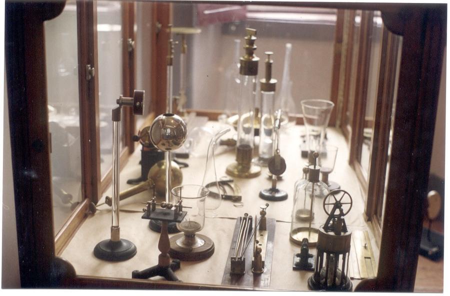 Estante com aparelhos científicos.