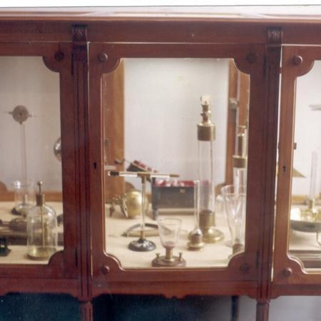 Reposicionamento das peças, equipamentos científicos gerais, vidrarias da 2ª sala.