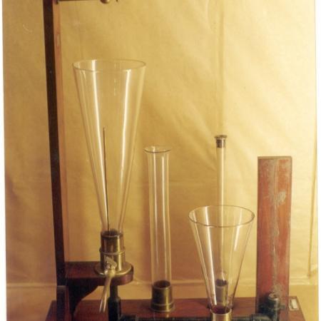 Modelo de ensino de química, tubo de ensaio e cones.