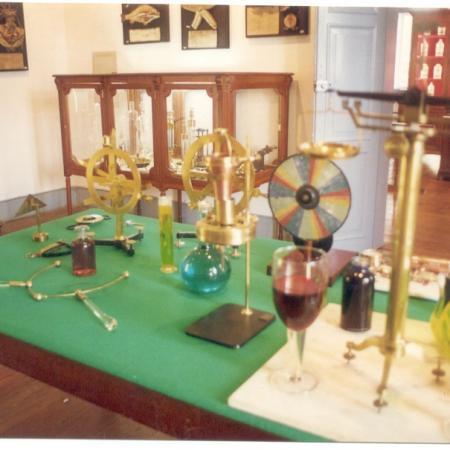 Disposição do acervo na sala do museu da farmácia.
